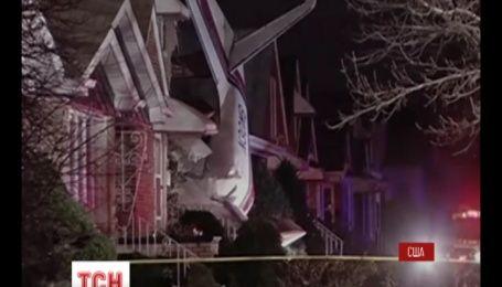 В Чикаго літак впав на житловий будинок