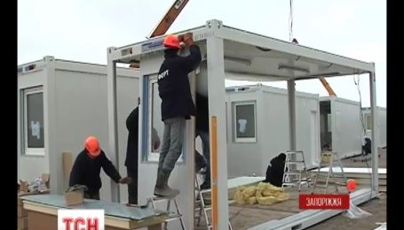 Модульный городок для переселенцев из Донбасса собирают в Запорожье
