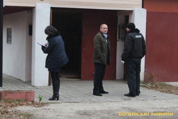 """В Луцке """"народные мстители"""" побили коммунистов в """"тайном офисе"""" в гараже"""