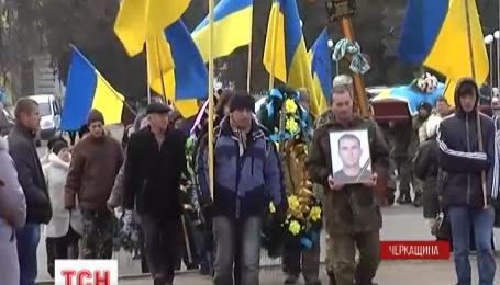 В Золотоноші прощалися з бійцем 42 бригади Максимом Харченком