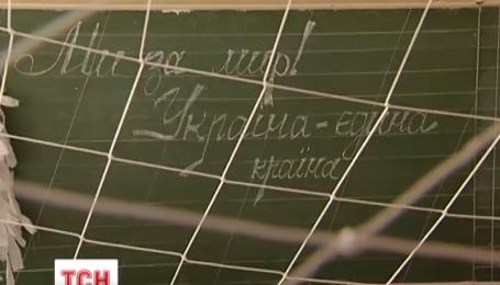 В столичных школах плетут маскировочные сетки для бойцов АТО