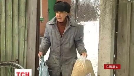 Пенсионеры с Сумщины передали военным грузовик продуктов