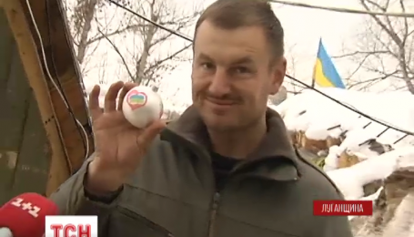 Бойцам на Луганщине подарили патриотические новогодние украшения