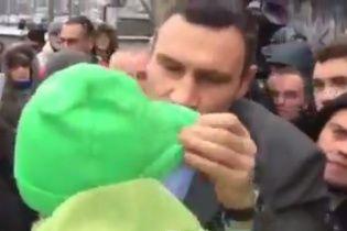 Кличко с матами вышел к протестующим под КГГА: я тебе в ухо крикну