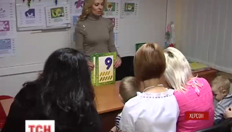 Переселенка з Луганська безкоштовно навчає дітей в Херсоні