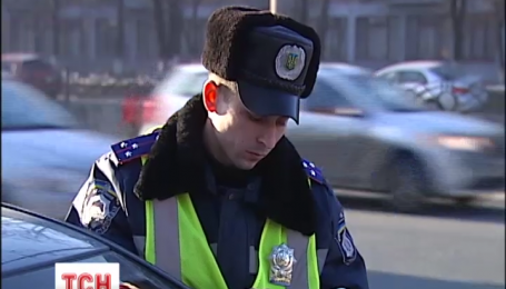 В Киеве водители смогут оплатить штраф инспектору на дороге
