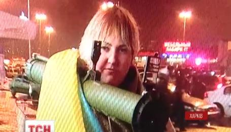 В Харькове волонтерка беспрепятственно прошлась по улицам с оружием