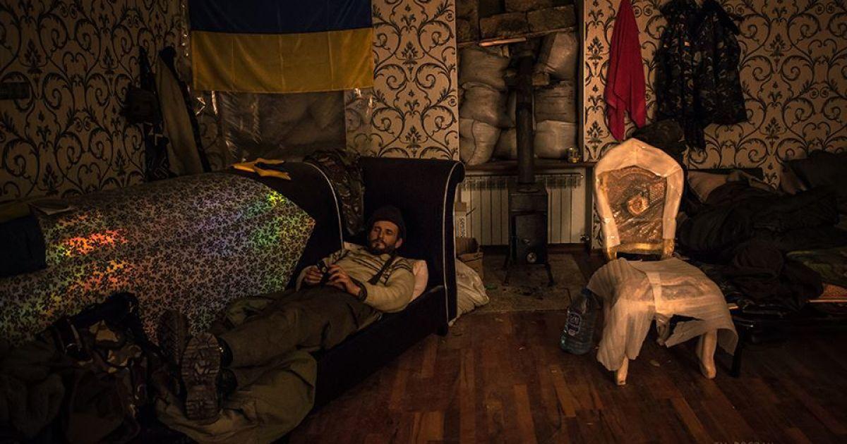 На фотографиях - украинские бойцы с грязными берцами и песиками, в вышиванках и камуфляже, готовятся к бою и отдыхают @ facebook.com/iv.bogdan