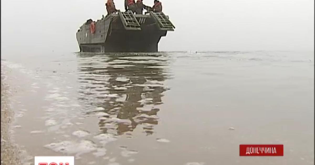 Мариупольские защитники заминировали побережье с помощью плавающего транспортера.