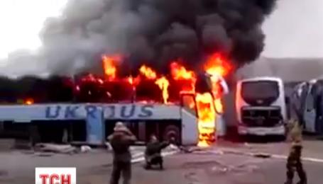 Донецькі бойовики підпалили пасажирський автобус аби сфотографуватися на тлі вогню