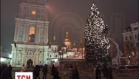 В Киеве почти завершили украшать главную елку страны