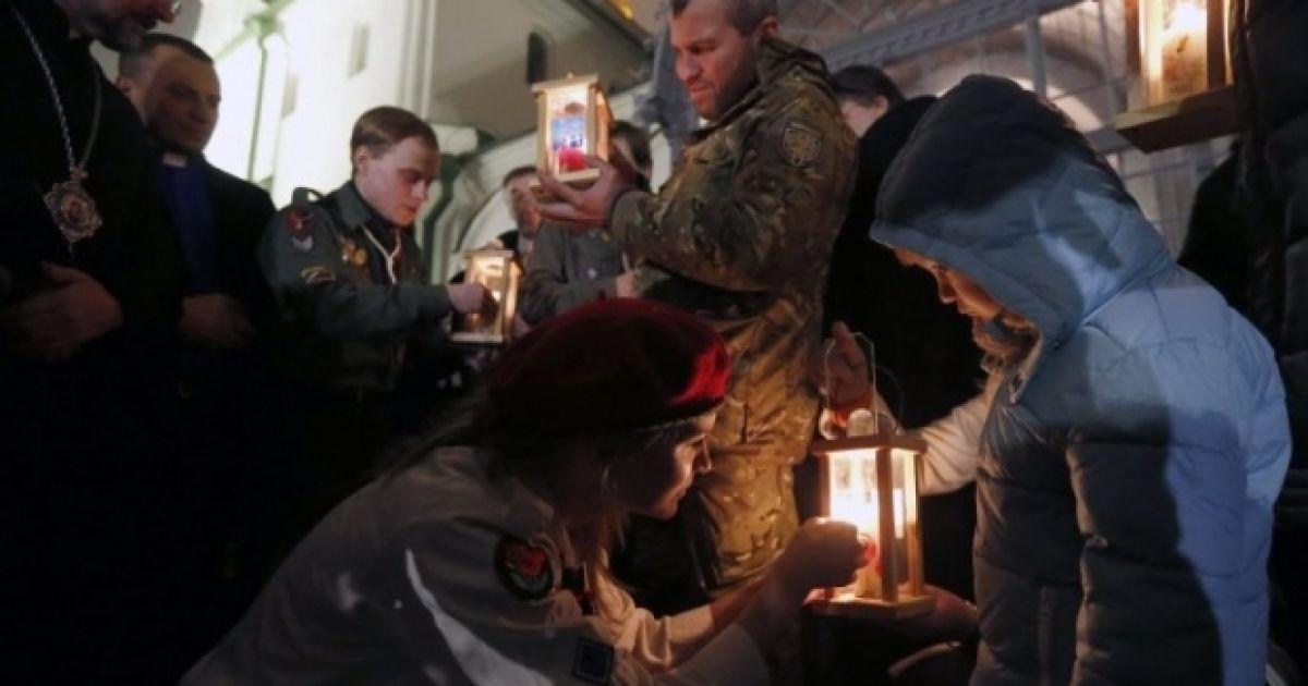 Огонь мира передавали в соборе Святой Софии. @ УНІАН