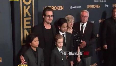 Донька Джолі прийшла на прем'єру маминої стрічки у чоловічому костюмі з краваткою