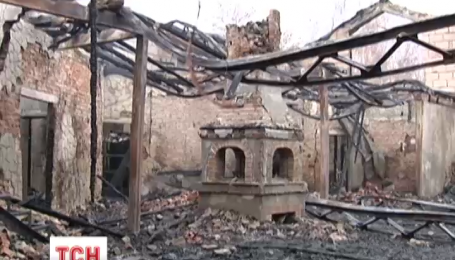 В Киеве возле Днепра сгорел известный ресторан «Красная калина»
