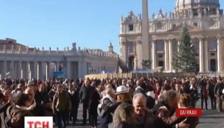 Сотни пар поздравили с Днем рождения Папу Римского его любимым танцем