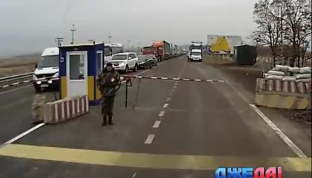 На российской границе Крыма образовались длинные очереди