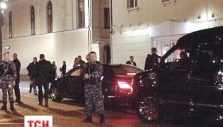 Аліну Кабаєву, яка вирішила вночі попити кави, охороняли з десяток автоматників