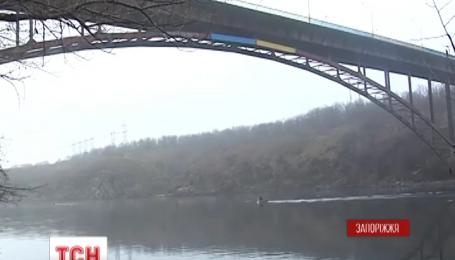 В Запорожье дайверы спасли девушку, которая прыгнула с 40-метрового моста в Днепр