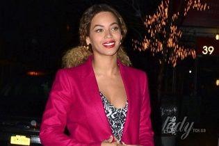 Бейонсе подчеркнула выдающиеся формы костюмом цвета фуксии