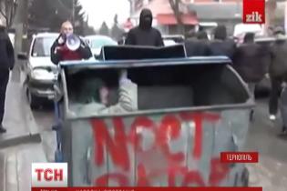 У Тернополі посадовця облили зеленкою та запхали в сміттєвий бак