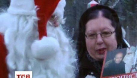 Российский Дед Мороз подарил финскому Санта Клаусу летопись с портретом Путина