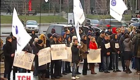 Бюджетники Киева не хотят переводить зарплаты в государственный банк