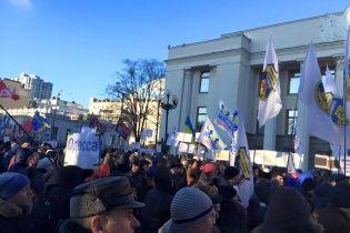 Активисты пытались прорваться в здание Рады: произошла потасовка
