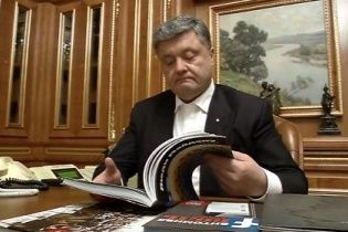 """Порошенко порадив українцям почитати книгу """"Євромайдан очима ТСН"""""""