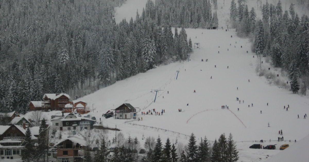 Гірськолижний комплекс, ліворуч – витяг 350 м, праворуч – 960 м, його майже не видно за деревами. Довший витяг веде майже на вершину гори.