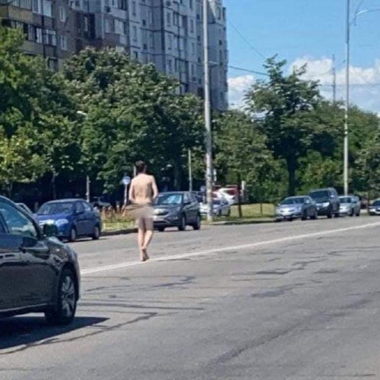 Йшов посеред дороги: у Києві трасою гуляв оголений чоловік (відео)