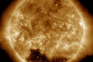 На Сонці на Новий рік NASA виявила гігантську і таємничу корональну діру