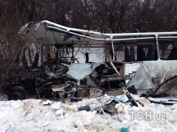 Появились первые фото жуткого ДТП на Донбассе, в котором погибли 13 военных
