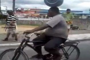 Сеть поразило видео, как велосипедист лихо балансирует с огромной канистрой на голове