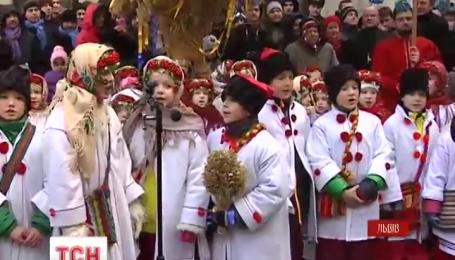 У Львові врочисто встановили різдвяний дідух