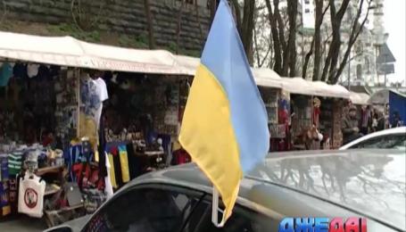 Флаг Украины стал неотъемлемым атрибутом любого автомобиля