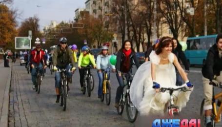 Украинские молодожены поменяли лимузины на велосипеды и тракторы