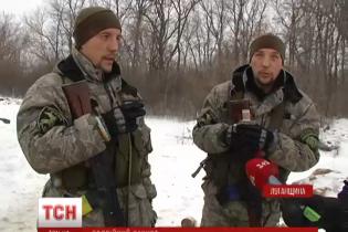 На блокпосту на Луганщині несуть службу брати-близнюки, а вдома їх чекають дружини-близнючки