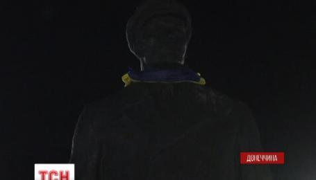 В Славянске толпа требовала срочно демонтировать памятник Ленину