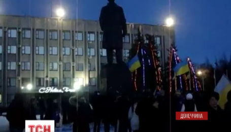 У центрі Слов`янська десятки людей вимагали демонтувати пам'ятник Леніну