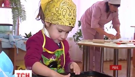 У Рівному діти виготовляють печиво для українських захисників