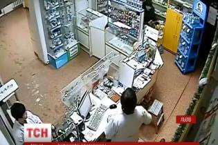 У Львові дві аптекарки відбилися від озброєного пістолетом грабіжника