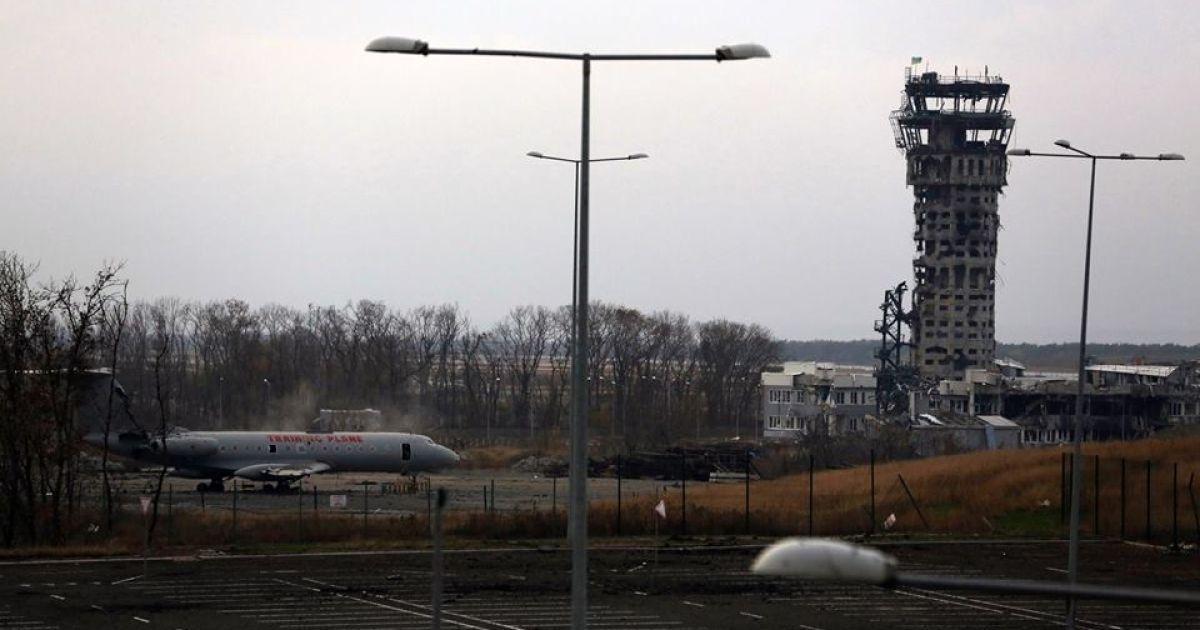 Башня нового терминала донецкого аэропорта упала из-за постоянных обстрелов боевиков @ facebook.com/sergei.loiko