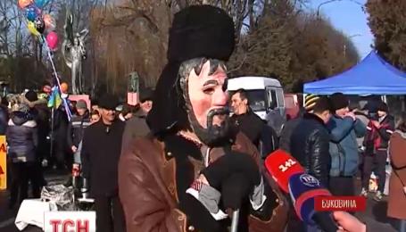 Сотни зрителей съехались на традиционную Маланку в городок Вашковцы