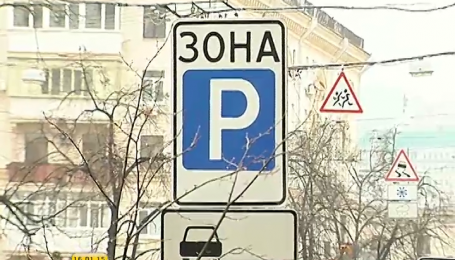 В Киеве парковщик спускал колеса на автомобилях