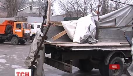 В Києві на вулиці Теліги перекинулася фура