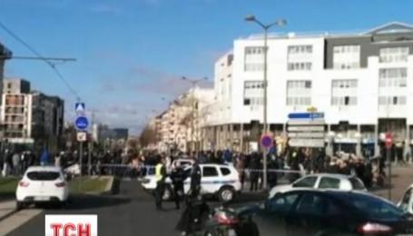В пригороде Парижа неизвестный захватил в заложники трех человек на почте