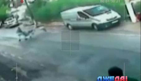 В Турции рыбак поймал посреди дороги коляску с ребенком