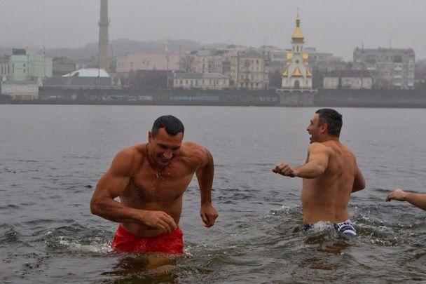 Братья Кличко вместе с казаками искупались в ледяном Днепре