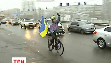 На мосту Патона в Киеве ко Дню Соборности создали живую цепь