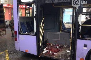 Моторошні фото з Донецька: залитий кров'ю тролейбус та тіла загиблих на дорозі